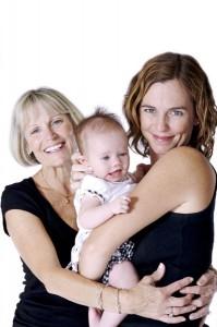 Foto de una abuela, una mamá y su bebé