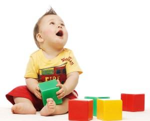 Foto de bebé jugando en la ludoteca