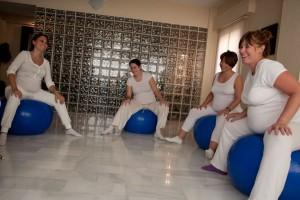 Foto de embarazadas haciendo Yoga-Pilates con pelotas suizas