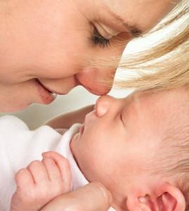 Foto de mamá con su bebé en el postparto