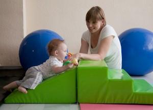 Foto del Taller de Estimulación y Juegos a bebés 0-12 meses jugando con la rampa y escalones