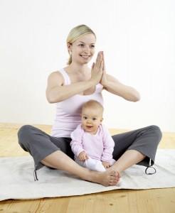 Foto de una mamá haciendo Yoga-Pilates con su bebé